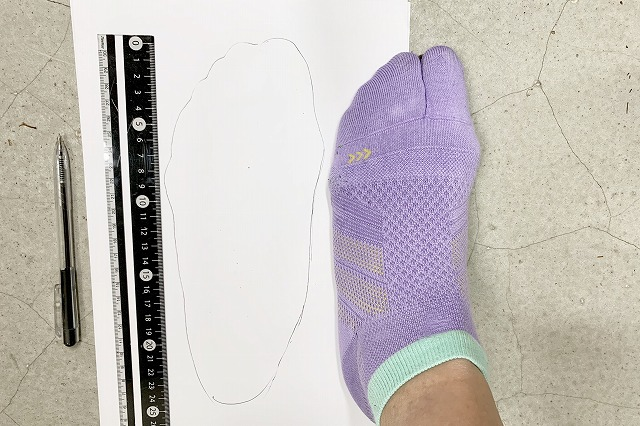 足のサイズの測り方